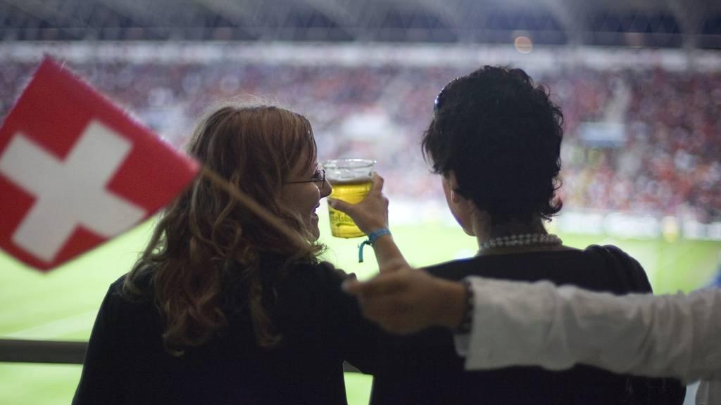Gehört für viele Fans zum Fussballerlebnis: Ein kühles Bier. (Archiv)