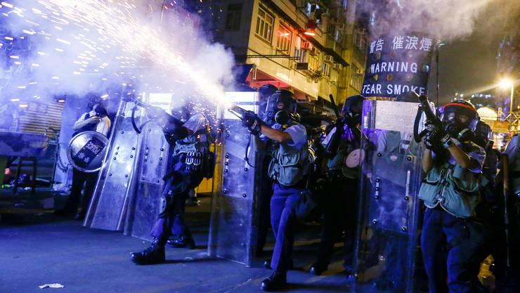 Ein alltägliches Bild: Polizisten schiessen mit Tränengas auf Demonstranten in Hongkong.