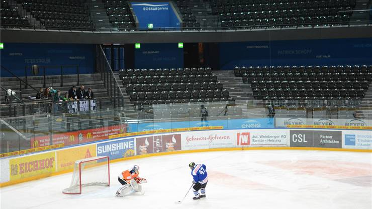 Urdorf-Goalie Urs Landis stand oft im Mittelpunkt des Geschehens, wie hier gegen Zugerlands Reyan Kücük.
