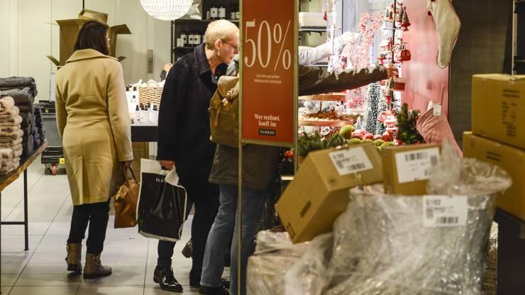 Kampf um Weihnachtskugeln: Diese gehören zu den gefragtesten Sale-Artikeln.