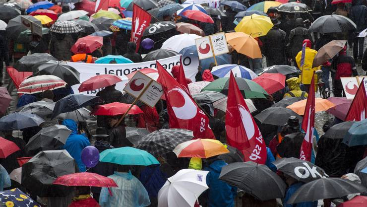 Regenschirm an Regenschirm: Die Besucher schützen sich vor dem Regen