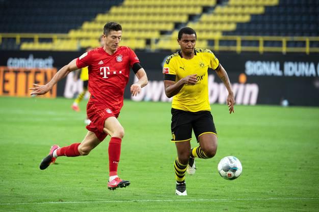 Kann Manuel Akanji (BVB, rechts) den Topstürmer Robert Lewandowski vom FC Bayern stoppen?