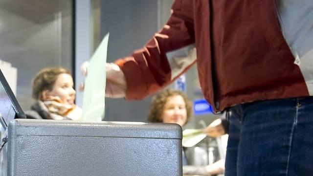 Urne im Stimmlokal im Bahnhof Bern