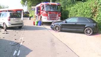 Kurz nach 16:00 Uhr kam es zwischen Fahrwangen und Mose zu einem Unfall mit 4 beteiligten Autos. Der Unfall-Verursacher wurde dabei schwer verletzt.