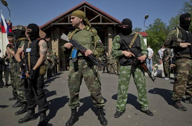 Pro-russische Kräfte vor dem Anwesen des ukrainischen Tycoon Rinat Akhmetov.