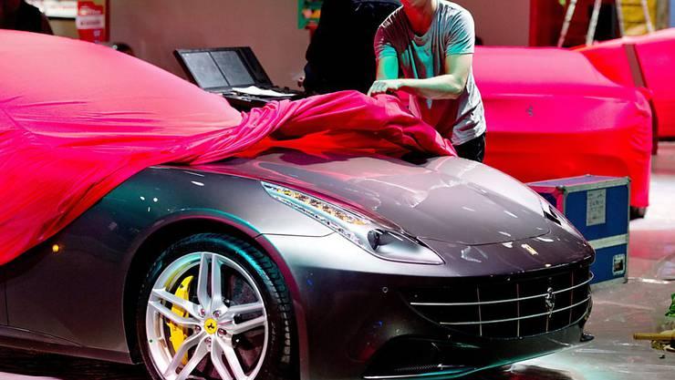 Nicht ein Auto, sondern die Details des geplanten Teil-Börsengangs hat Ferrari am Freitag enthüllt. Fast 900 Millionen Dollar soll die Platzierung von Aktien der Automarke an der Börse einbringen. (Symbolbild)