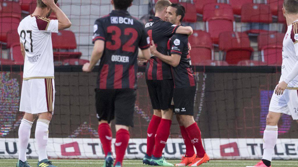 Raphael Nuzzolo (rechts) erhält die Glückwünsche für sein Penaltytor zum 1:0 für Neuchâtel Xamax