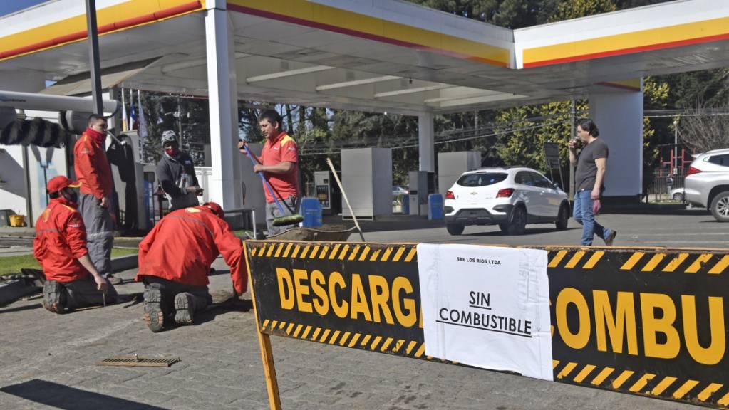 «Kein Treibstoff» steht am Eingang einer Tankstelle in Valdivia. Wegen eines seit Tagen andauernden Streiks der Fernfahrer kommt es in Teilen von Chile zu ersten Versorgungsproblemen.