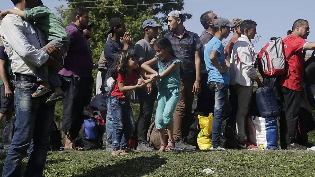 Flüchtlinge warten im kroatischen Ort Tovarnik auf einen Bus. Kroatien begann am Freitag, die Menschen per Bus nach Ungarn zu bringen.