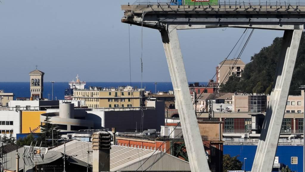 ARCHIV - Vor knapp frei Jahren stürzte die Morandi-Autobahnbrücke im norditalienischen Genua ein. Laut Medienberichten hat die Justiz nun einen Termin für eine Voranhörung festgelegt. Am 15. Oktober ist demnach eine Anhörung angesetzt. Foto: Antonio Calanni/AP/dpa
