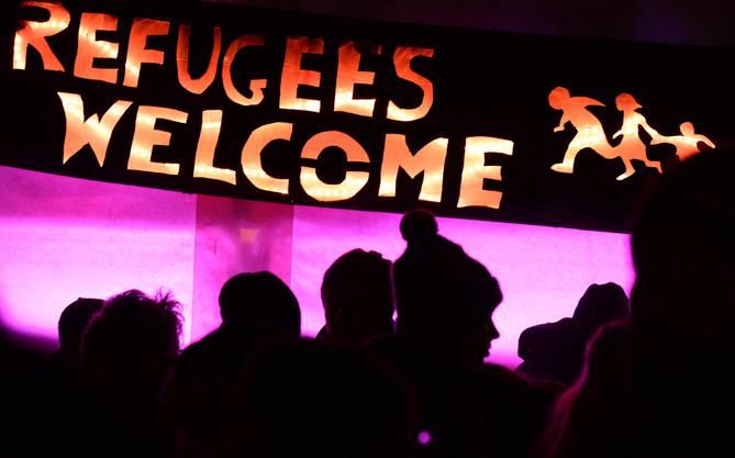 Anti-Pegida-Protestierende heissen Flüchtlinge willkommen.