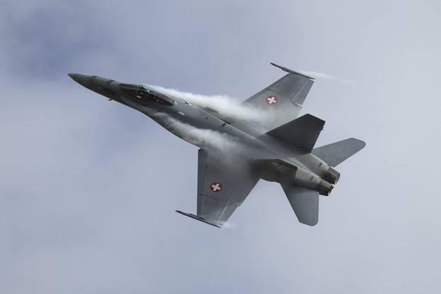 Ein einsitziger F/A-18-Kampfjet stürzt vermutlich im Gebiet des Sustenpasses ab. Von der Maschine und dem Piloten fehlt am Abend nach dem Absturz noch jede Spur.