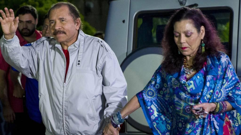 ARCHIV - Daniel Ortega, Präsident von Nicaragua, und seine Frau Rosario Murillo kommen zu einer Pressekonferenz. Nach der Festnahme von vier oppositionellen Präsidentschaftskandidaten in Nicaragua haben die USA deren sofortige Freilassung gefordert und neue Sanktionen verhängt. Foto: Jorge Torres/EFE/dpa