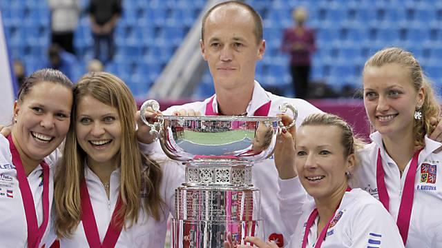 Das siegreiche tschechische Fedcup-Team mit ihrem Coach