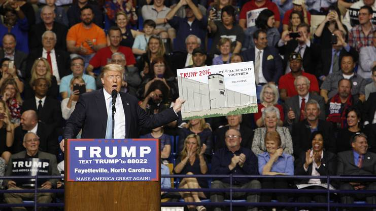 «Wir bauen sie gemeinsam»: US-Präsident Trump mit einem Mauer-Plakat.
