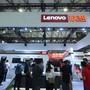 Lenovo profitiert davon, dass in den USA mit Blick auf drohende Schutzzölle derzeit mehr PCs verkauft werden. Im Bild: Stand von Lenovo am Mobile World Congress in Shanghai im Juni dieses Jahres.