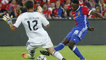 Dimitri Oberlin trifft gegen Torhüter Julio Cesar von Benfica Lissabon zum 2:0