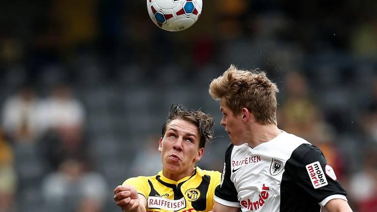 Der 20-jährige FCA-Innenverteidiger Marco Thaler (rechts) behält im Zweikampf mit YB-Stürmer Michael Frey die Oberhand.