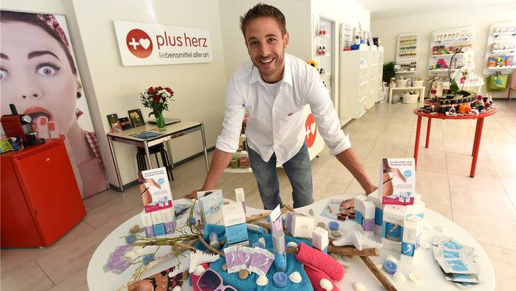 Geschäftsführer Steven Stebler vor seiner Produktpalette im neuen Laden an der Feldbergstrasse 9.