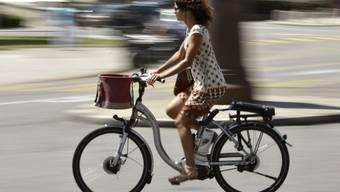 Eine E-Bike-Fahrerin: Schnell und geräuschlos.