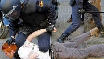 Die spanische Polizei nimmt einen Studenten in Valencia fest