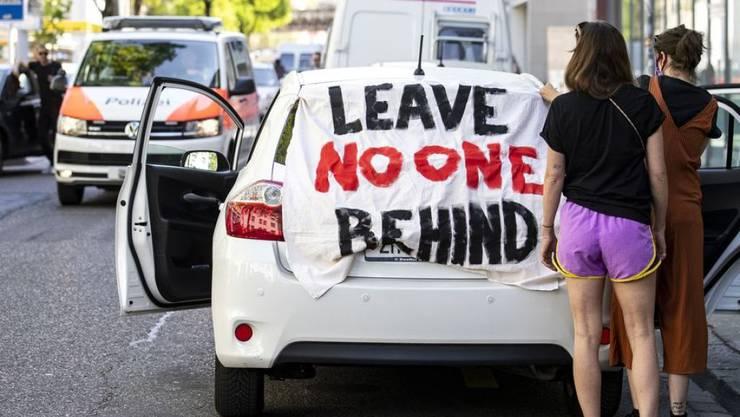 Menschen demonstrieren mit einer Autodemo für Flüchtlinge am Samstag, 18. April 2020, in Zürich. Zwei europäische Mediziner-Verbände haben jetzt in einem öffentlichen Statement darauf aufmerksam gemacht, dass europaweit die Gesundheit von Migranten vernachlässigt wird. (Archivbild)