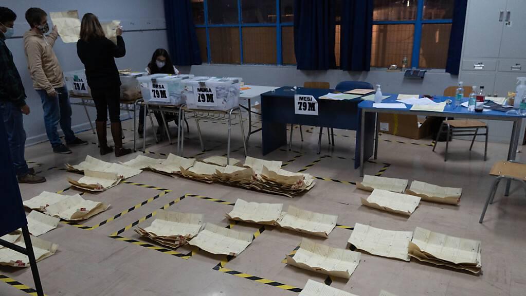 Die Stimmenauzählung nach der Wahl in einer Schule in Santiago. Foto: Matias Basualdo/ZUMA Wire/dpa
