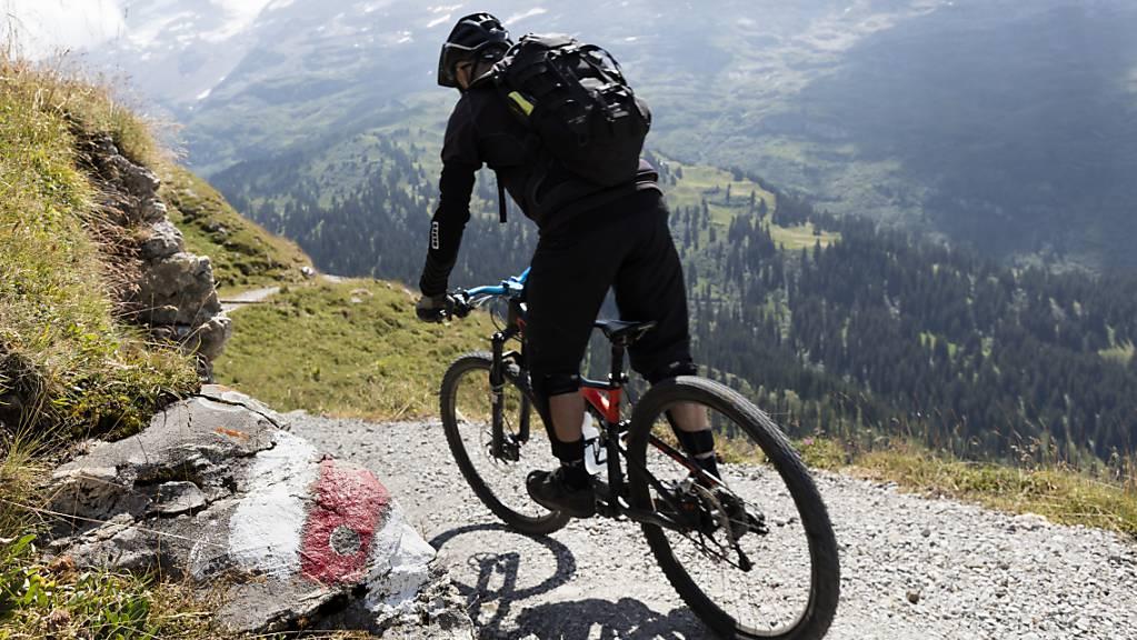 In den vergangenen Jahren hat das Mountainbike-Fahren an Beliebtheit gewonnen. Dies führte auch dazu, dass die Anzahl der Unfälle innert zehn Jahren um zwei Drittel zugenommen hat. (Symbolbild)