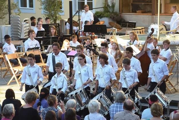 Die Tambouren eröffnen das Konzert