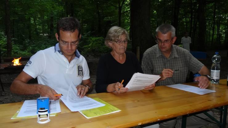 Vertragsunterzeichnung mit Gemeindeammann Brunette Lüscher (Mitte), Alain Morier von der Abteilung Wald und Gemeindeschreiber Michael Widmer