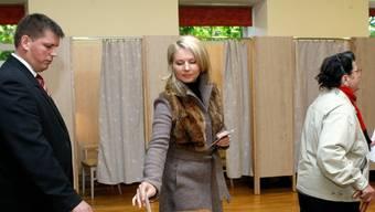 Eine Lettin gibt in einem Wahllokal in Amavita ihre Stimme ab