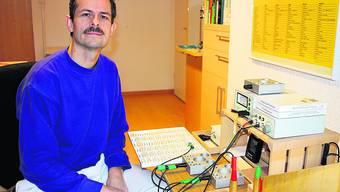 Marc Antoine Viatte beim Bioresonanzgerät: Das Projekt einer Mobilfunkantenne bedroht seine Tätigkeit als Naturarzt. Foto: Kel