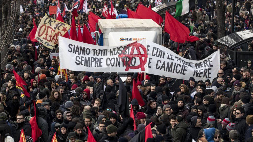 Nach dem Angriff auf mehrere Migranten in Macerata demonstrierten in der Stadt zahlreiche Menschen gegen Rassismus.