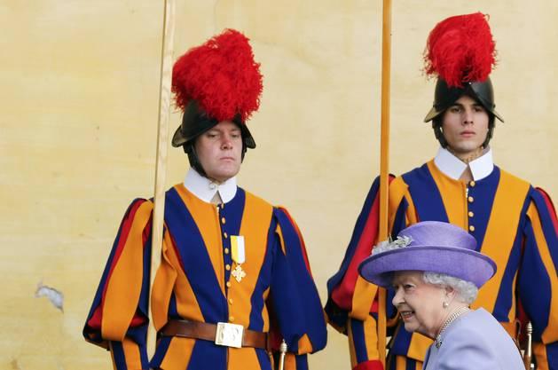 Die Schweizergarde steht beim königlichen Besuch stramm