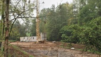 Grube ist fertig ausgehoben: Die Erdarbeiten am Regenklärbecken in Zuzgen sind beendet. lbr