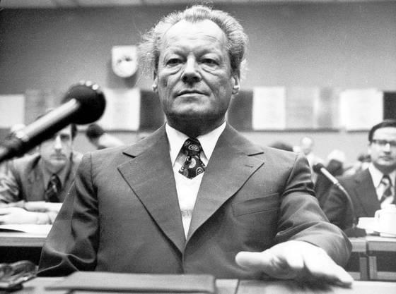Er war der erste Sozaildemokrat im Bundeskanzleramt. Für seine aussenpolitischen Anstrengungen erhielt er 1971 den Friedensnobelpreis. Willy Brandt setzte sich für die Ostverträge ein und förderte die Aussöhnung mit den östlichen Nachbarländern.