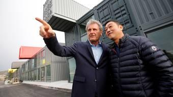 In Marseille entsteht eine Einkaufsmeile aus lauter Containern. Deren Vorsteher Dingguo Chen diskutiert mit seinem französischen Geschäftspartner Xavier Giocanti.