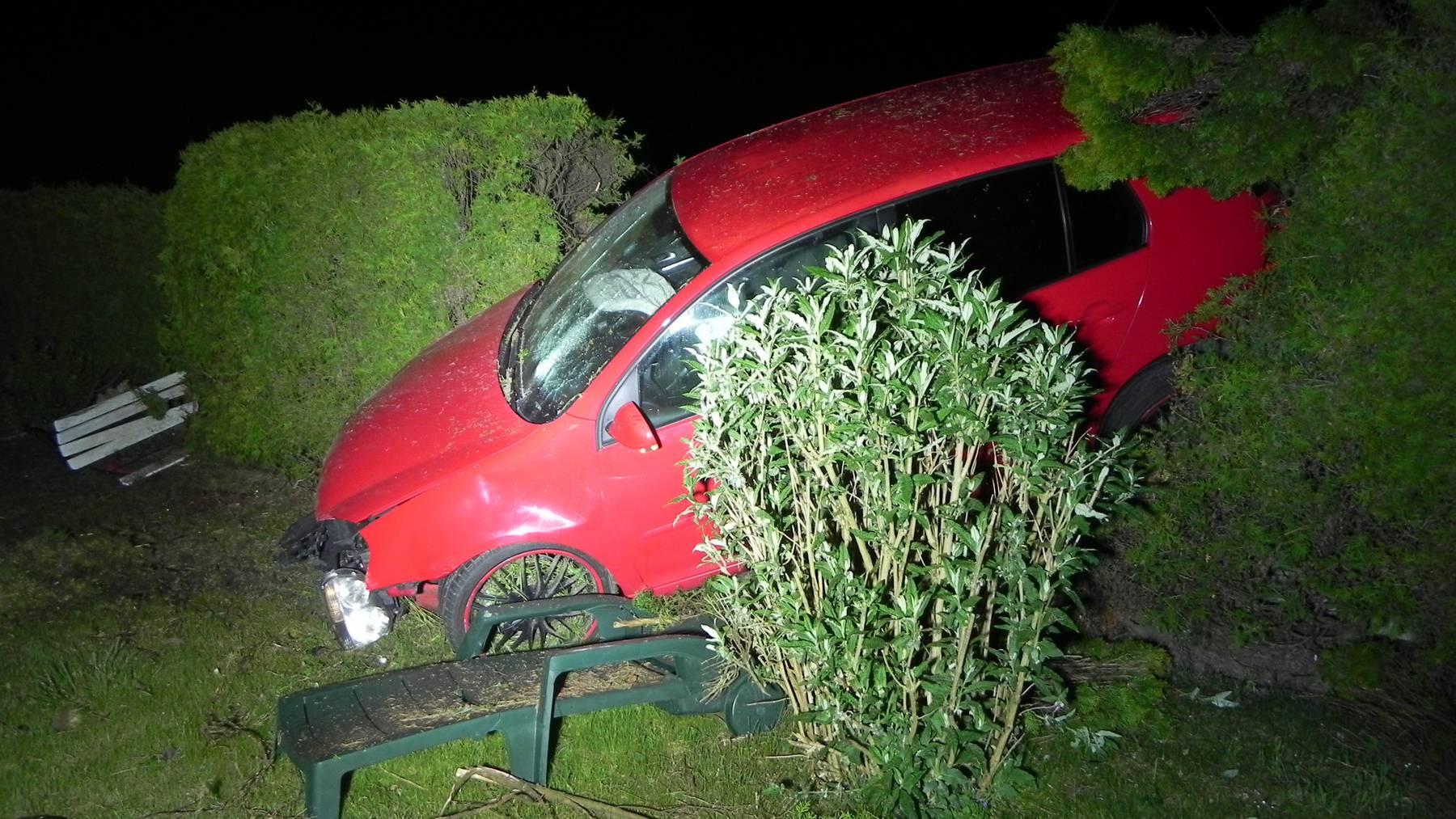Alkoholisiert und übermüdet: Ein 22-Jähriger baute nach einem Sekundenschlaf einen Unfall.