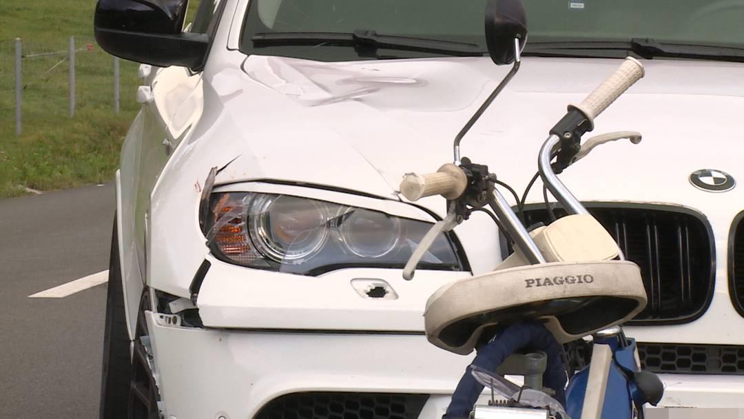 Unterlunkhofen (AG): Mofa kollidiert mit Auto - eine Schwerverletzte