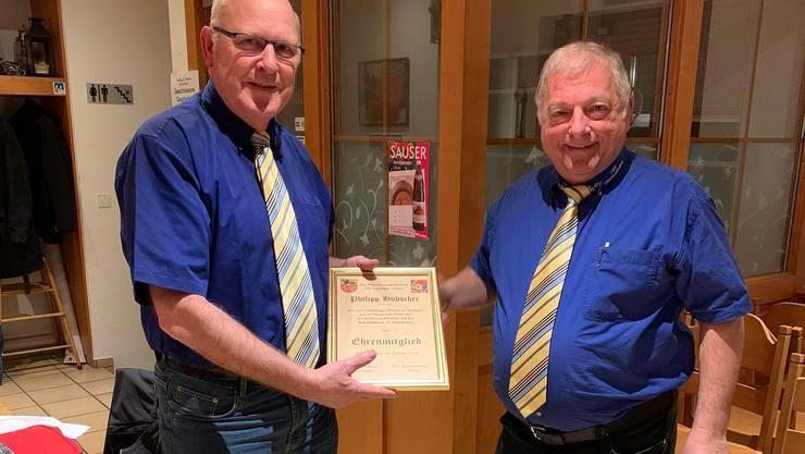 Der frisch gewählte Präsident Guido Brumann (rechts), übergibt Philipp Hübscher (links) das Diplom als Ehrenmitglied