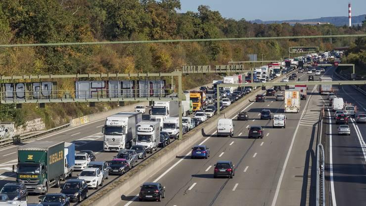 Nach einem Unfall auf der deutschen Autobahn ging auch auf der Schweizer Autobahn ab Pratteln gar nichts mehr, an der Hagnau (im Bild) stand der Verkehr auf allen Abschnitten in Richtung Basel/Deuschland. Auch die Zubringer von Birsfelden oder aus Reinach sind betroffen.