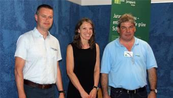 Lukas Erne, Mandach, und Therese Brändli, Bözberg, freuen sich gemeinsam mit Trägerverein-Präsident Thomas Vetter (v.l.) über die erfolgreiche Kandidatur. loe