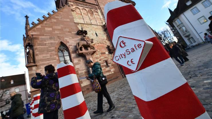 Neue rot-weisse Sicherheitssperre auf dem Münsterplatz.