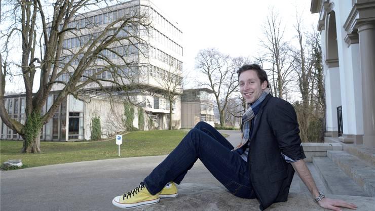 Hier hat alles begonnen: BDP-Politiker Filip Winzap vor dem Gymnasium Münchenstein. Nicole Nars-Zimmer