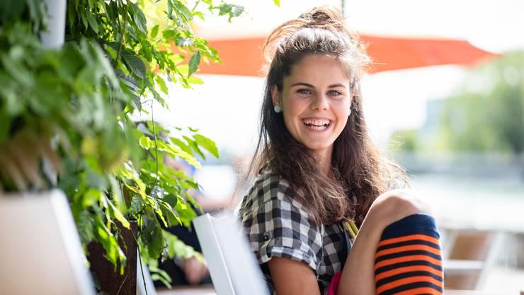 Flurina Birri, 19, am Landhausquai. Sie hat Sommerferien – diese Erholung habe sie nötig, sagt die angehende Clownin.