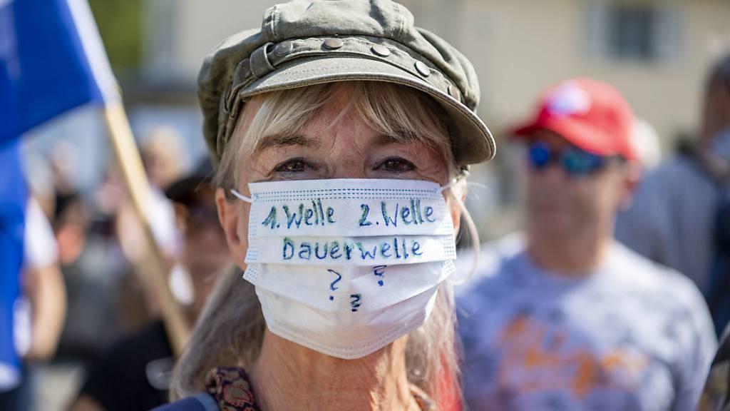 Eine Demonstrantin an der Kundgebung gegen Massnahmen zur Bekämpfung der Coronavirus-Pandemie in Flüelen UR am Samstag.