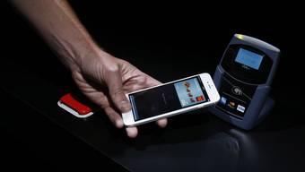 Hinter Apple Pay stehen in der Schweiz neben der Bank Cornèr mit Cornèrcard und Bonuscard auch die Kioskbetreiberin Valora sowie die Kreditkartenanbieter Visa, Mastercard und Swiss Bankers. (Archivbild)