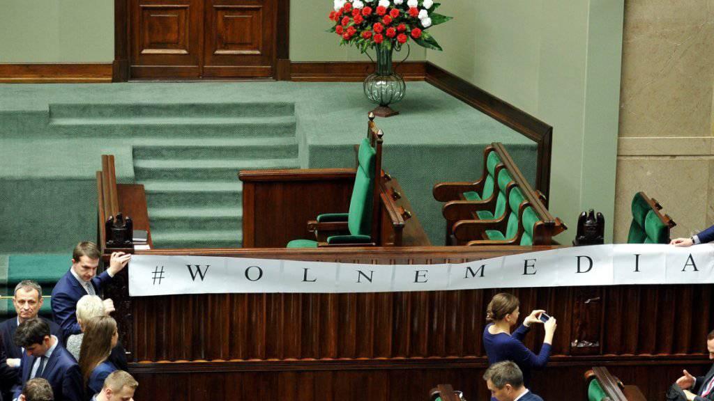 """Protestierende Parlamentarier halten ein Banner mit der Aufschrift """"Freie Medien"""" im polnischen Parlament auf. Im Streit um die Zulassung von Journalisten zum Parlamentsgebäude hat die Regierungspartei jetzt eingelenkt. (Archiv)"""