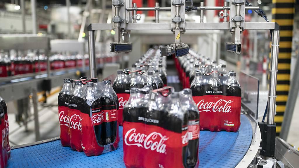 Der Getränkekonzern Coca Cola baut in der Schweiz bis zu 120 der insgesamt rund 650 Stellen ab. Der Umbau des Geschäfts und die mit Blick auf die Corona-Pandemie unsichere Marktlage sind Gründe dafür.(Archivbild)