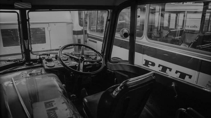 Das erste Postauto fuhr am 1. Juni 1906 von Bern nach Detligen. 1919 begannen am Simplon die Fahrten über die Alpenpässe.